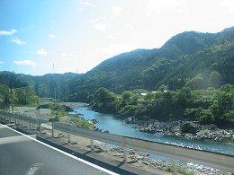 バスの車窓から見た長良川の風景